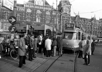 Busy at a tram stop, November 18, 1973, Amsterdam (Photo: National Archives of the Netherlands / Anefo)