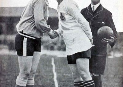"""La mujer y el football"": captains Carmen Pomies (Femina SC of Paris, France) and Florrie Redford (Dick Kerr of Preston, England) greeting before a match. Women's association football, 1925 (Photo: public domain)."