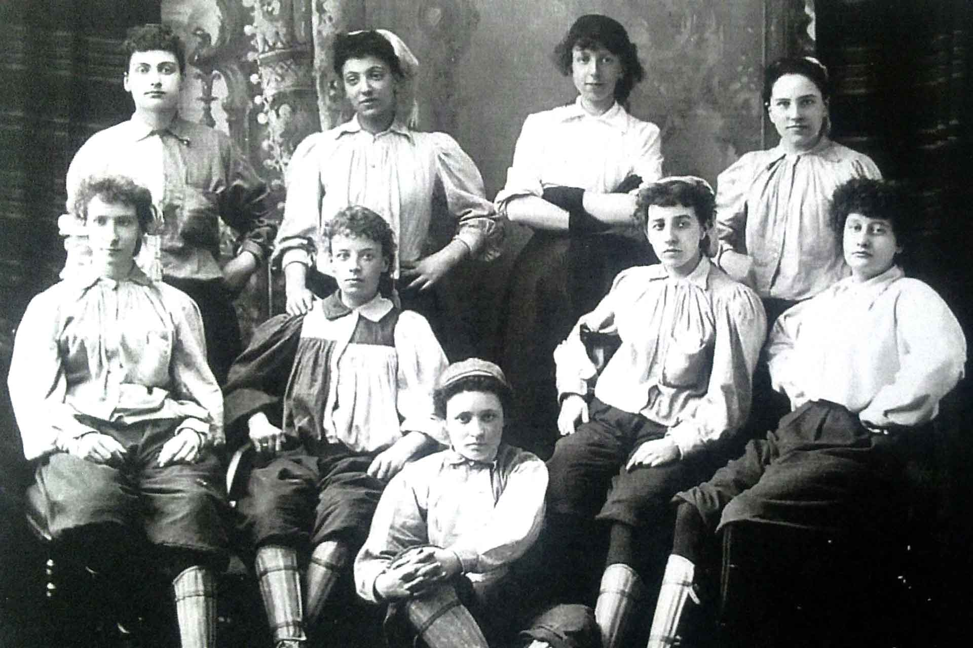 Emma Clarke (back row, second from left) made her British Ladies team debut in 1895 (Photo: Stuart Gibbs, Wikimedia Commons).