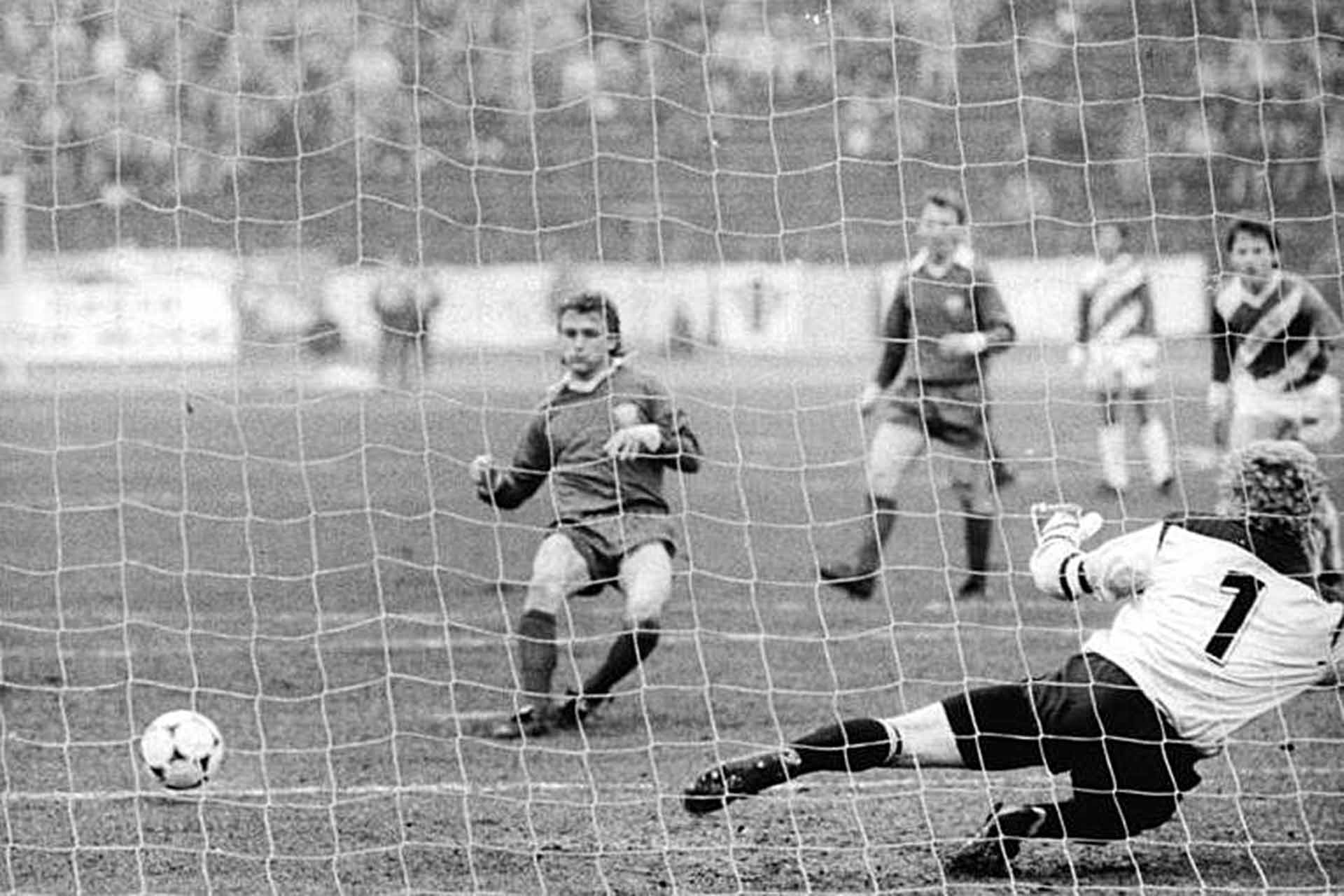 Wismut Aue playing BFC Dynamo in 1989. (German Federal Archive, ADN-ZB-Grimm-4.3.89-hko)